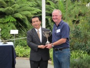 The Japanese Consul present the cup for the winning table 2010